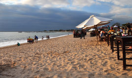 Restaurantes de la playa, bahía de Jimbaran, Bali Indonesia Fotos de archivo