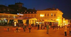 Restaurantes de la tarde en la calle de Bolshaya Pokrovskaya en Nizhny nov Foto de archivo libre de regalías