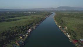 Restaurantes e casas de hóspedes de flutuação situados no banco de rio video estoque