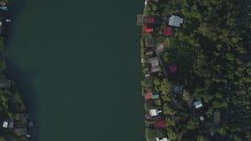 Restaurantes e casas de hóspedes de flutuação situados no banco de rio vídeos de arquivo