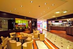 Restaurantes en el centro comercial de Metropole en Monte Carlo, Mónaco. Foto de archivo