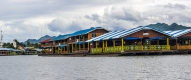 Restaurantes flotantes en Tailandia Imagen de archivo libre de regalías