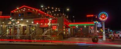 Restaurantes italianos da estação 66, sinal de néon Rota 66 foto de stock