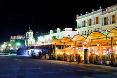 Restaurantes no passeio na cidade de Yalta na noite Fotos de Stock Royalty Free
