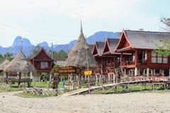 Restaurantes nos bancos do Mekong River em Vang Vieng Cabanas de bambu foto de stock royalty free