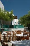 Restaurantes y cafés en la aldea griega fotografía de archivo