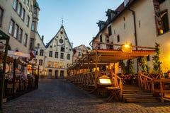 Restaurantes y cafés en la noche en Tallinn, Estonia Foto de archivo libre de regalías