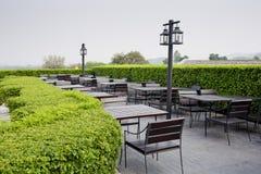 Restaurantfreilichtstühle im Freien mit Tabelle Sommer Stockbild