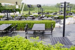 Restaurantfreilichtstühle im Freien mit Tabelle Sommer Stockfotografie