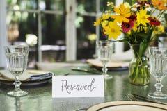 Restaurantgedeckservice mit reservierter Karte lizenzfreies stockbild