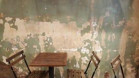 Restaurantklappstühle und -tabellen mit beunruhigt und chippin stockbild