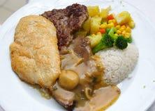 Restaurantlebensmittel auf einer weißen Platte stockfotos