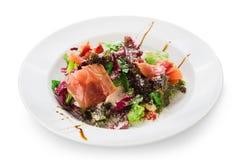 Restaurantlebensmittelnahaufnahme - Salat mit Prosciutto und Gemüse Stockfotos