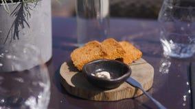 Restaurantlijst die dienen: brood, boter en glazen water stock videobeelden