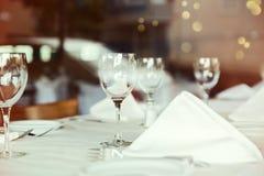 Restaurantlijst die met wijnglas plaatsen Selectieve nadruk op wijnglas Royalty-vrije Stock Afbeeldingen