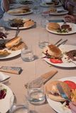 Restaurantlijst met de schotels van kinderen na het eten, resten stock foto