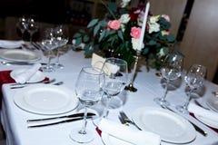 Restaurantlijst met schone schotels wordt geplaatst die stock foto
