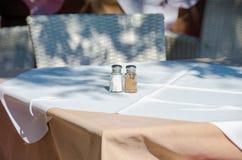 Restaurantlijst met zout en peper Royalty-vrije Stock Fotografie