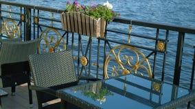 Restaurantlijsten bij het water De vroege zomerochtend stock videobeelden
