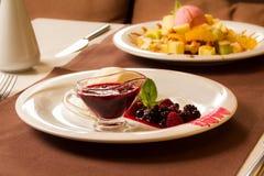 Restaurantluxusbeerennachtisch, Käsekuchen mit Stau Stockfotografie
