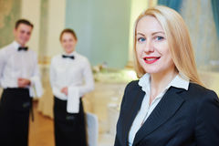 Restaurantmanager mit Kellnerin und Kellner Stockfotos