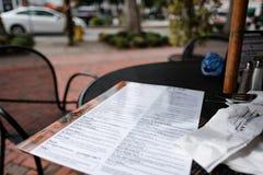 Restaurantmenü gesehen an einer Bar und an einem Café in einer nordamerikanischen Stadt lizenzfreies stockfoto