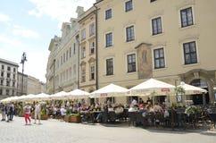 Restaurants à la plaza principale de Cracovie images stock