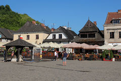 Restaurants auf dem Marktplatz in Kazimierz Dolny, Polen stockbild