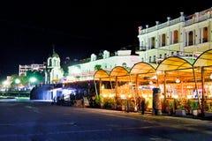 Restaurants auf Promenade in Jalta-Stadt in der Nacht Lizenzfreie Stockfotos