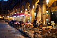 Restaurants chez Placa Reial dans la nuit d'hiver Barcelone image libre de droits