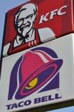 Restaurants d'aliments de préparation rapide - signes de Taco Bell et de KFC Photos stock