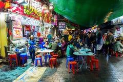 Restaurants de rue la nuit dans Kowloon, Hong Kong Photo stock
