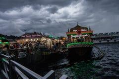 Restaurants devant le pont de Galata Images libres de droits