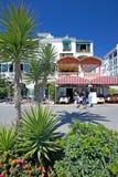 Restaurants en staven in haven Duquesa in Zuidelijk Spanje royalty-vrije stock afbeelding