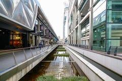 Restaurants et boutiques à l'endroit de Crossrail à Canary Wharf Photos libres de droits