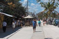 Restaurants et touristes sur l'avenida tulum, tulum, Quintana Roo, Mexique images libres de droits