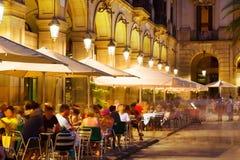 Restaurants extérieurs chez Placa Reial dans la nuit Barcelone images libres de droits