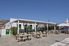 Restaurants grecs typiques en Ano Mera On The Island de Mykonos L'architecture aménage des croisières en parc de voyages images stock