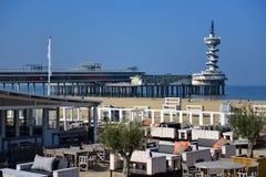 Restaurants und Pier entlang dem sandigen Strand von Scheveningen Stockbild