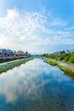 Restaurants V moyen de personnes de rivière de Kyoto Kamo Photographie stock libre de droits