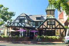 Restaurants van Solvang: Een Schilderachtig die Dorp door Denen met Zijn Typische Contructions van Historisch Denemarken wordt op stock foto's