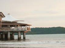 Restaurantsatz auf einer Klippe gelegen in einem Strand Stockfotos
