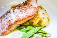 Restaurantstijl Salmon Dinner stock afbeelding