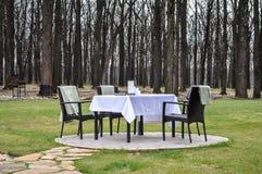 Restauranttabelle in der Natur Stockfoto