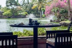 Restauranttabelle mit Blick auf die Lagune Stockbild