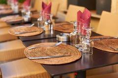 Restauranttabelle in Provence Stockfotos