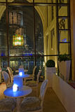 Restauranttabellen in Dubai stockfotos