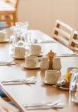 Restauranttabelleneinrichtung Stockfoto