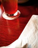 Restauranttabellengetränk und Serviettenszene lizenzfreies stockfoto