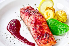 Restaurantteller, gebratener Lachs Lizenzfreie Stockbilder